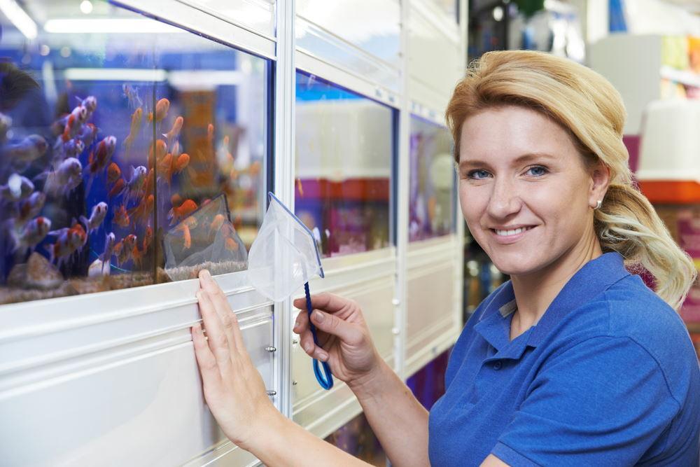 mujer en la tienda de peces