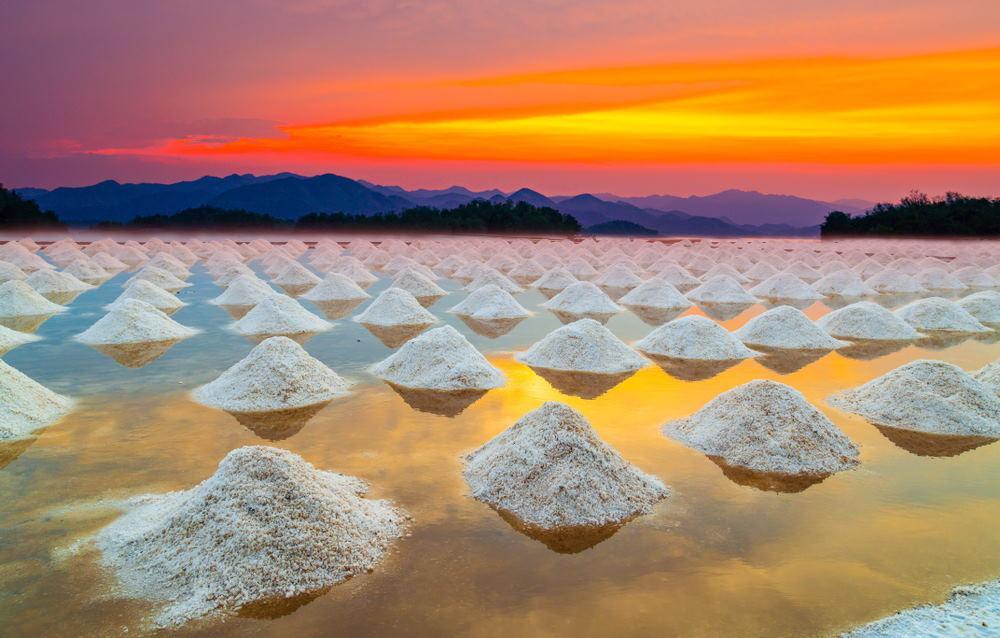 Granja de sal marina al atardecer