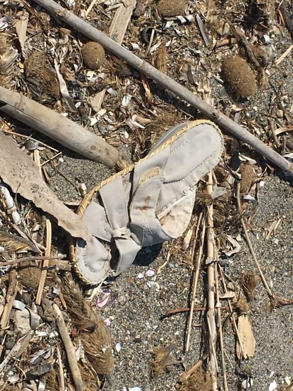 Basura en la playa: zapatillas llevadas por el mar